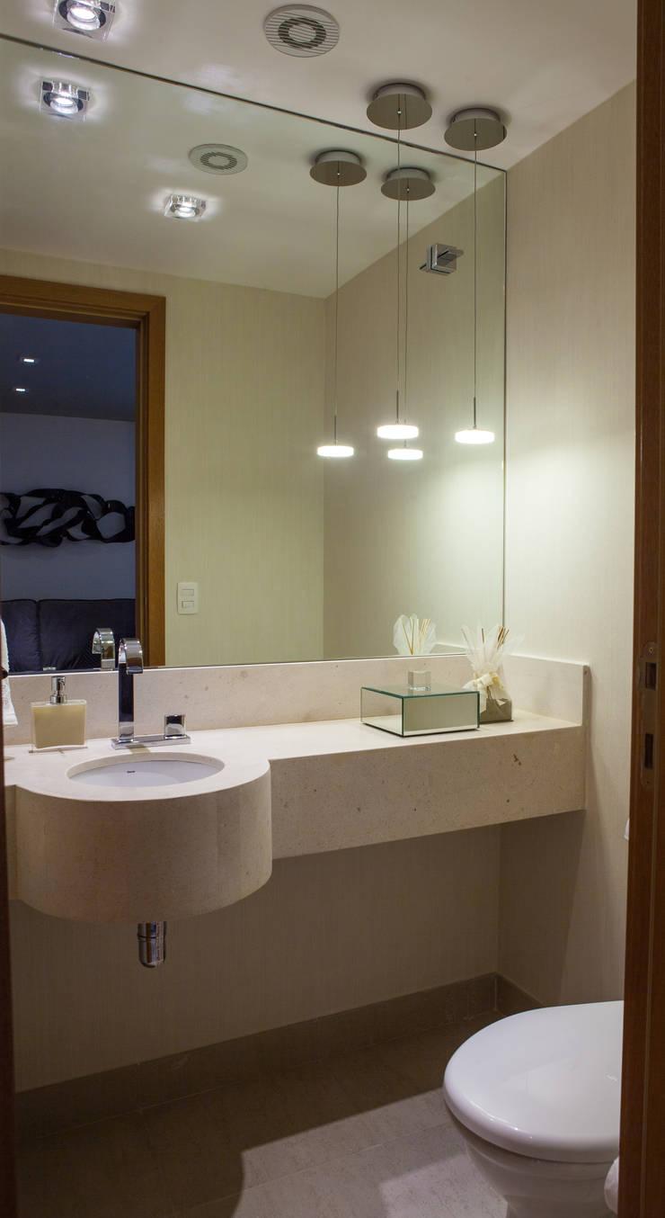 Acolhedor e Descontraído : Banheiros  por Lilian Barbieri Interior Design
