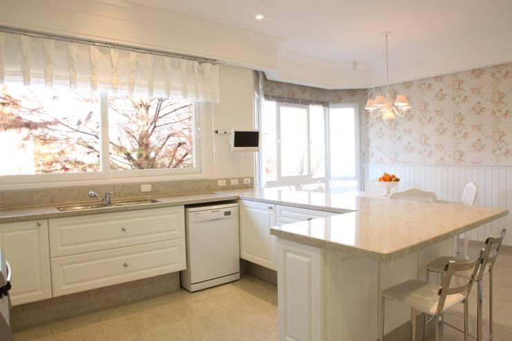 Residencia Condomínio Villa Benvenutti: Cozinhas  por Claudia Pereira Arquitetura,