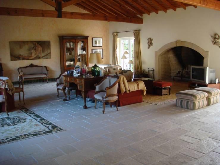 Moradia Unifamiliar: Salas de estar  por Gabiurbe, Imobiliária e Arquitetura, Lda