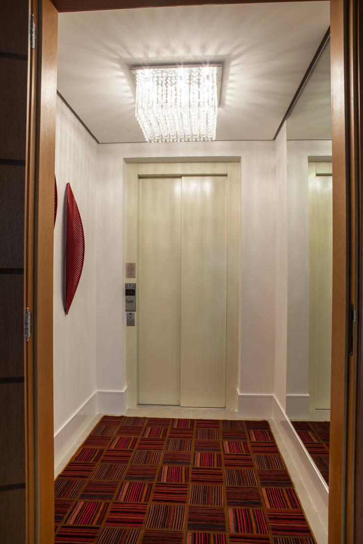 Acolhedor e Descontraído : Corredores e halls de entrada  por Lilian Barbieri Interior Design