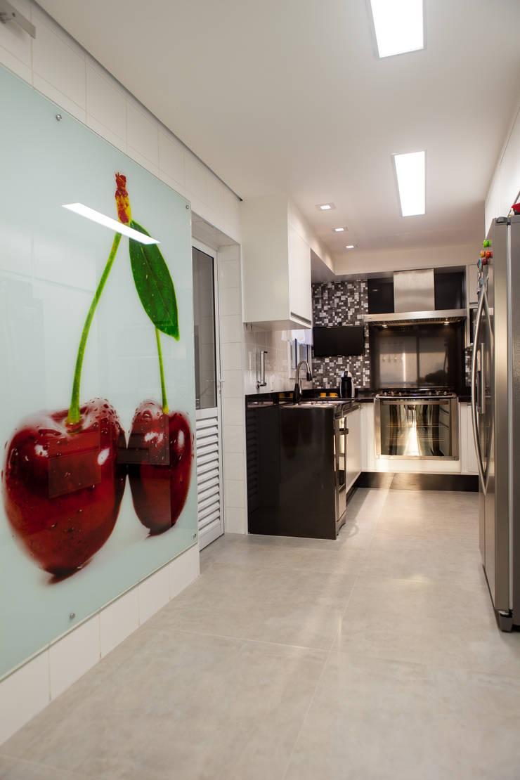 Acolhedor e Descontraído : Cozinhas  por Lilian Barbieri Interior Design
