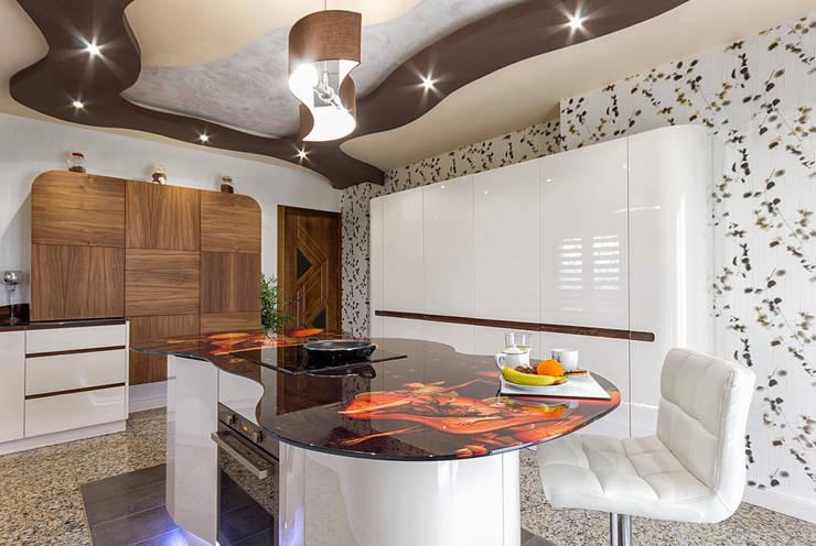 Cocina lacada alto brillo crema con terminaciones curvas: Cocina de estilo  de COCINAS CASTILLO