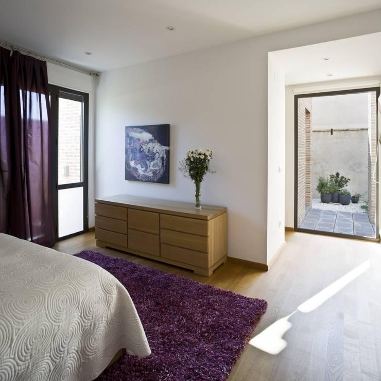 CASA RC: Dormitorios de estilo mediterráneo de daniel rojas berzosa. arquitecto