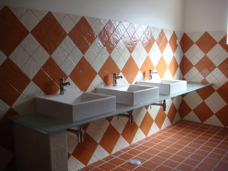 Espaço para Eventos: Casas de banho  por Gabiurbe, Imobiliária e Arquitetura, Lda