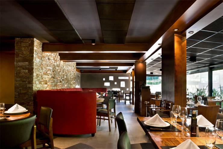 Salão: Espaços gastronômicos  por Síntese Acústica Arquitetônica