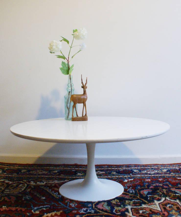 Witte retro salontafel. Ronde vintage tafel op trompetvoet :  Woonkamer door Flat sheep