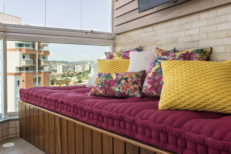 Apartamento decorado Veredas 2:   por Renata Neves ,Clássico Têxtil Ambar/dourado