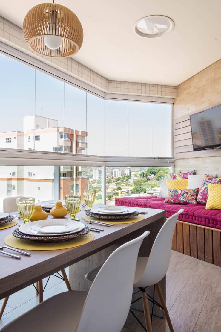 Apartamento decorado Veredas 2:   por Renata Neves ,Clássico Madeira maciça Multi colorido
