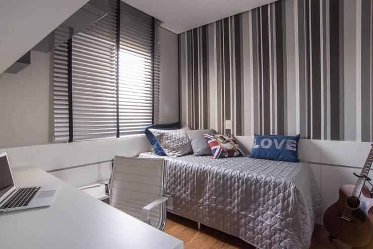Apartamento decorado Veredas 2: Quartos  por Renata Neves ,Clássico Têxtil Ambar/dourado