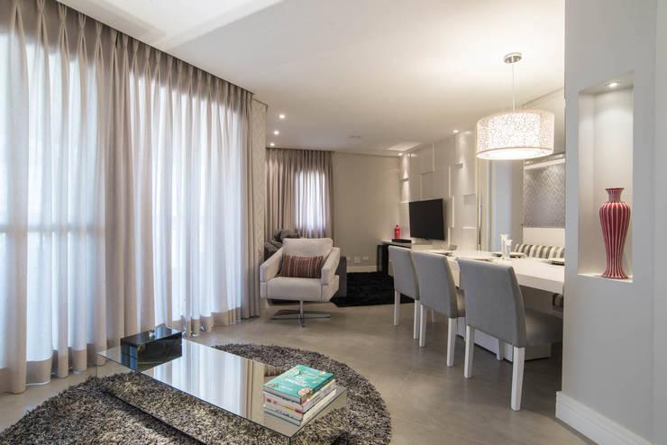 Apartamento decorado Veredas 2: Salas de estar  por Renata Neves ,Clássico