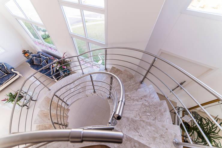 Morada das Nascentes: Salas de estar  por MM Arquitetura e Urbanismo,Colonial