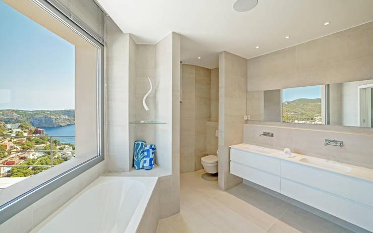 Banheiros  por JAIME SALVÁ, Arquitectura & Interiorismo