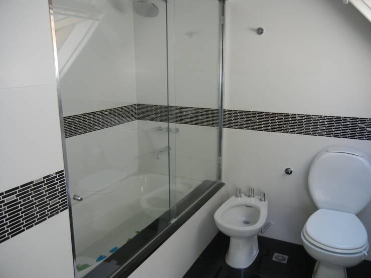 CASA EN LA HORQUETA: Baños de estilo  por Fainzilber Arqts.