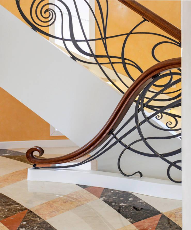 Pasillos, vestíbulos y escaleras de estilo ecléctico de Trąbczyński Ecléctico