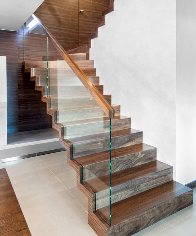 ST872 Schody dywanowe z orzecha amerykańskiego / ST872 Zigzag Stairs Made Of American Walnut: styl , w kategorii Korytarz, przedpokój zaprojektowany przez Trąbczyński,Nowoczesny