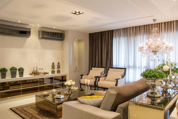 Living classico: Salas de estar  por Michele Moncks Arquitetura