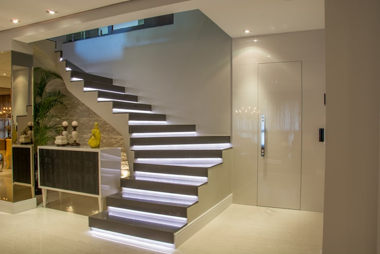 Escada para a cobertura: Corredores e halls de entrada  por Michele Moncks Arquitetura