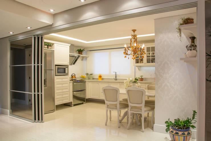 cozinha classica - integrada com a sala, com portas abertas: Cozinhas  por Michele Moncks Arquitetura