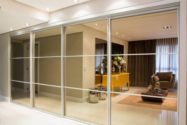 cozinha classica - integrada com a sala, com portas fechada: Cozinhas  por Michele Moncks Arquitetura