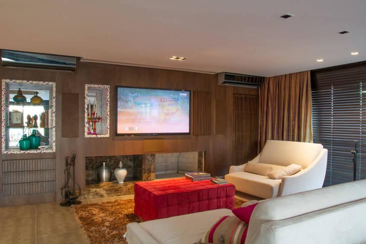 Salas de estar  por Michele Moncks Arquitetura