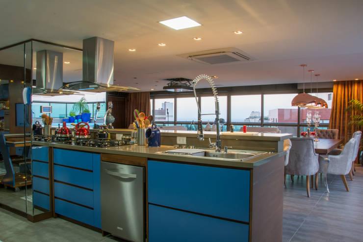 cobertura  - cozinha azul: Cozinhas  por Michele Moncks Arquitetura
