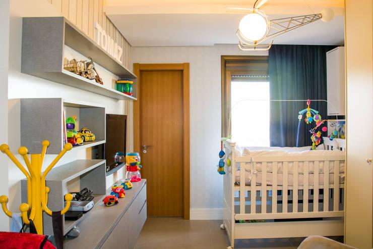 apartamento em tons de cinza e preto: Quarto infantil  por Michele Moncks Arquitetura