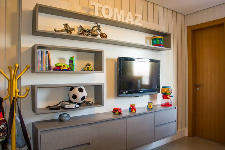 apartamento em tons de cinza e preto: Quarto infantil  por Michele Moncks Arquitetura,Moderno