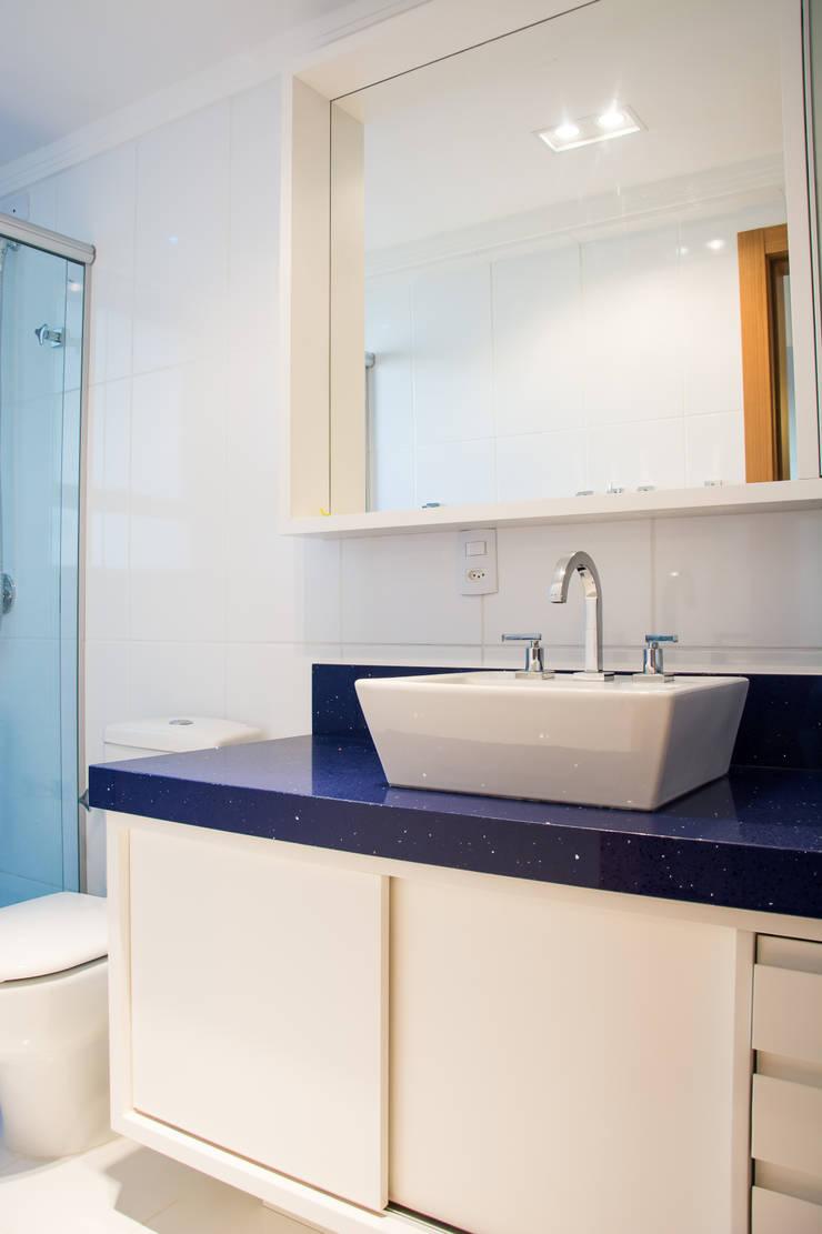 apartamento em tons de cinza e preto: Banheiros  por Michele Moncks Arquitetura,Moderno