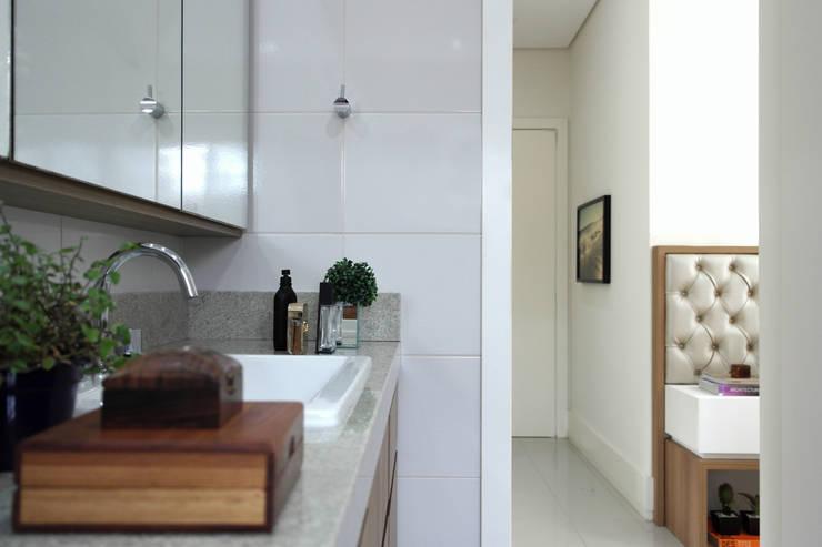 Residência A&R: Banheiros  por Amanda Carvalho - arquitetura e interiores