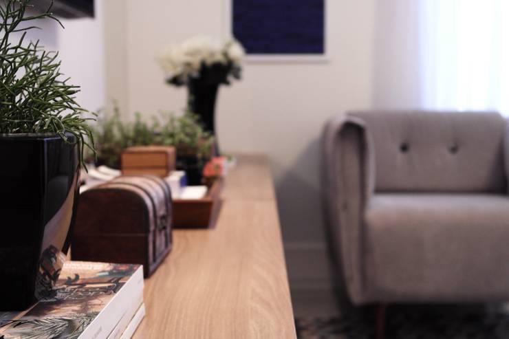 Residência A&R: Salas de estar  por Amanda Carvalho - arquitetura e interiores