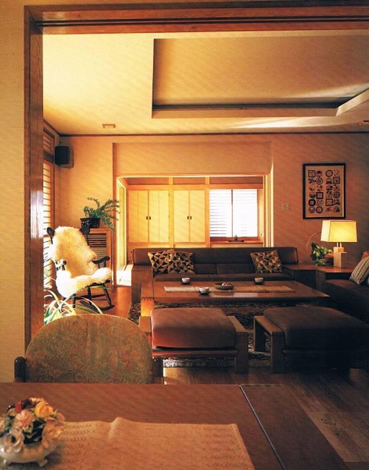 鉄筋コンクリート造の現代数寄屋の家居間: 株式会社 山本富士雄設計事務所が手掛けた書斎です。