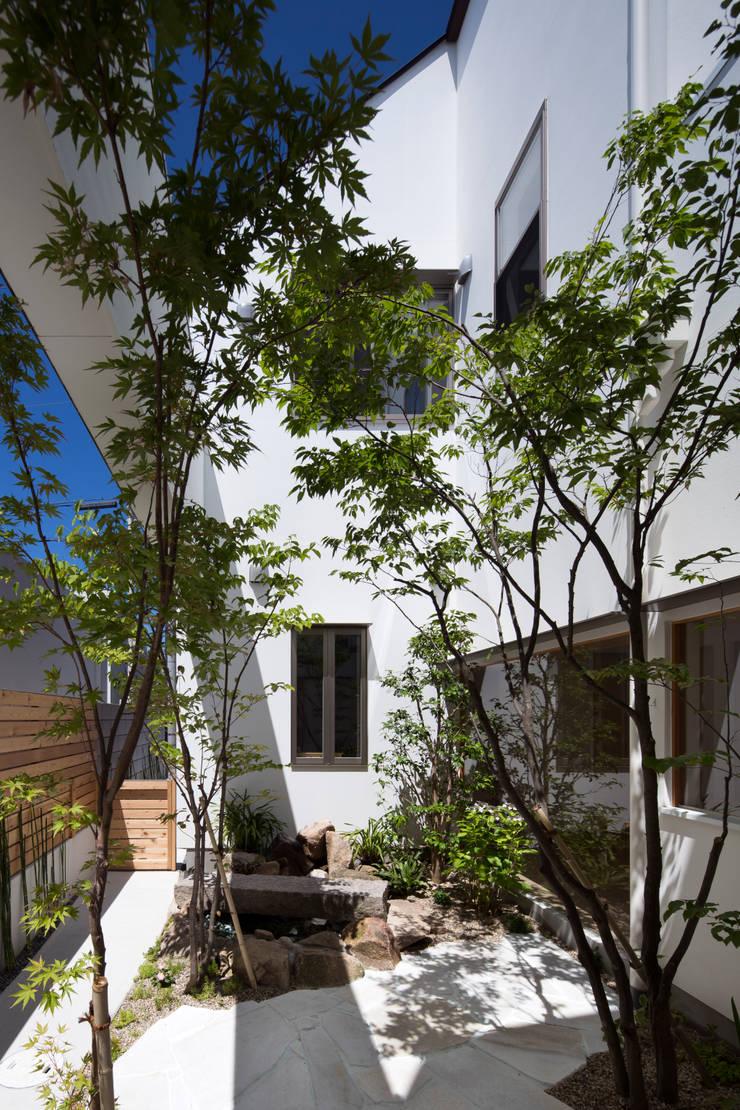 餡焚き屋中井 はつが野本店: ON ARCHITECTS / オン・アーキテクツが手掛けた庭です。,