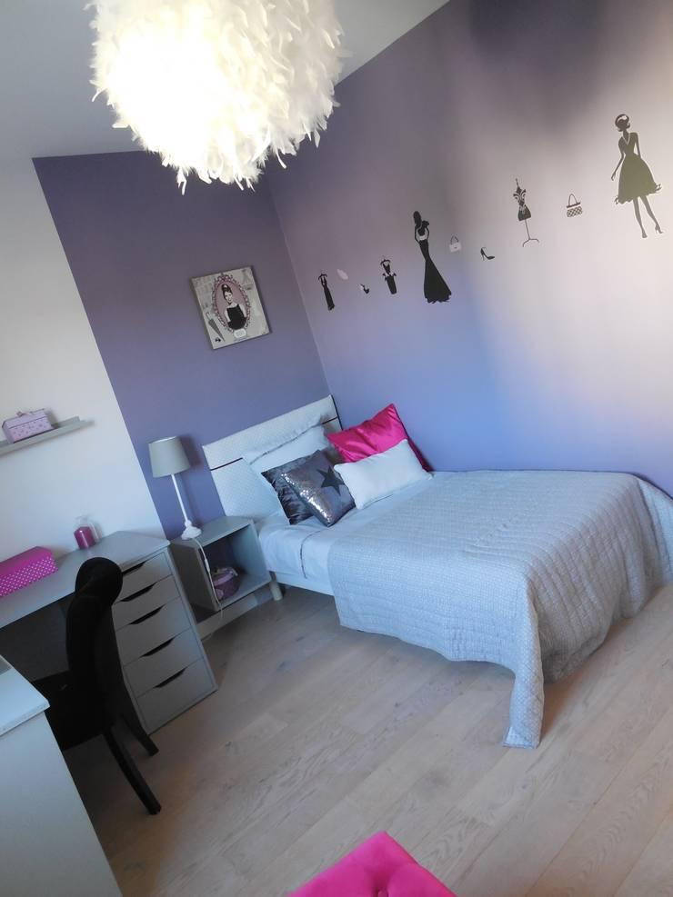 Chambre de jeune fille dans les tons violet: Chambre d'enfant de style  par Scènes d'Intérieur
