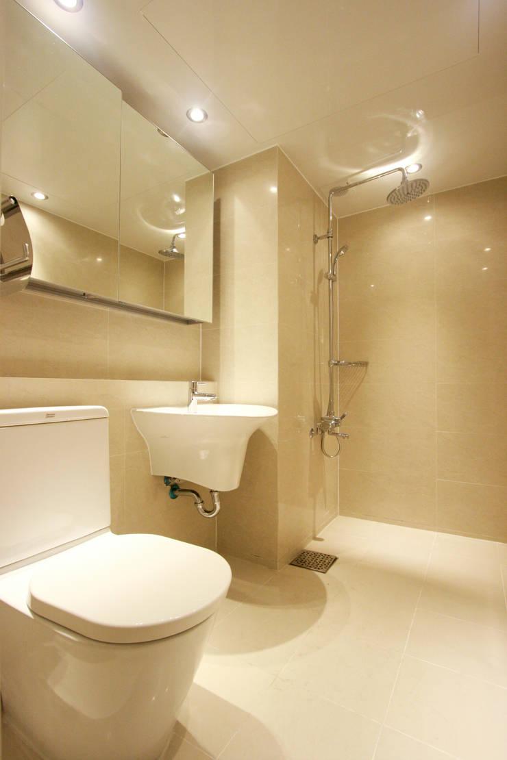 베란다에서 즐기는 차한잔의 여유 39py: 홍예디자인의  욕실