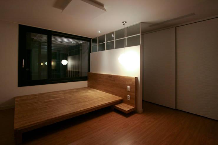 베란다에서 즐기는 차한잔의 여유 39py: 홍예디자인의  침실