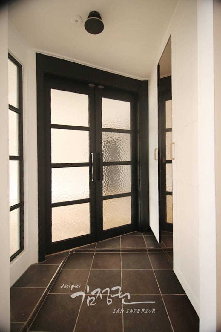 Modern Corridor, Hallway and Staircase by 김정권디자이너 Modern MDF