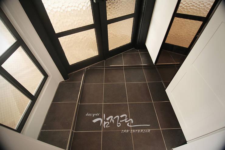 Modern Corridor, Hallway and Staircase by 김정권디자이너 Modern Marble