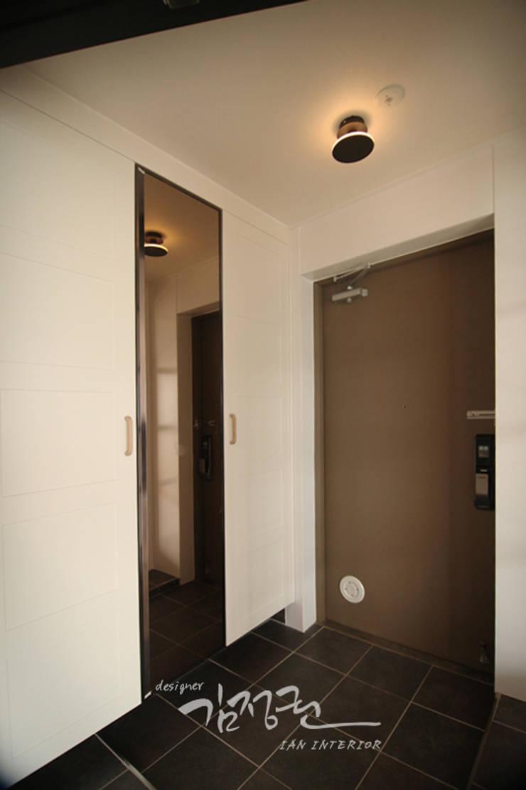 Minimalist corridor, hallway & stairs by 김정권디자이너 Minimalist Pottery