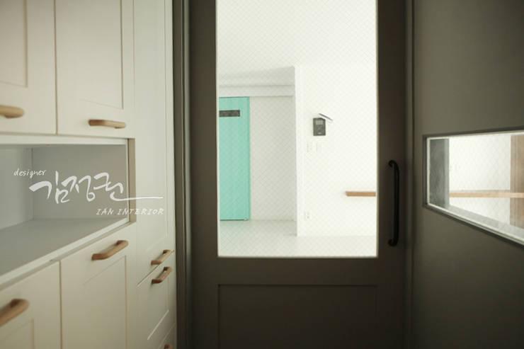 산호 아파트 : 김정권디자이너의  복도 & 현관,모던 대리석