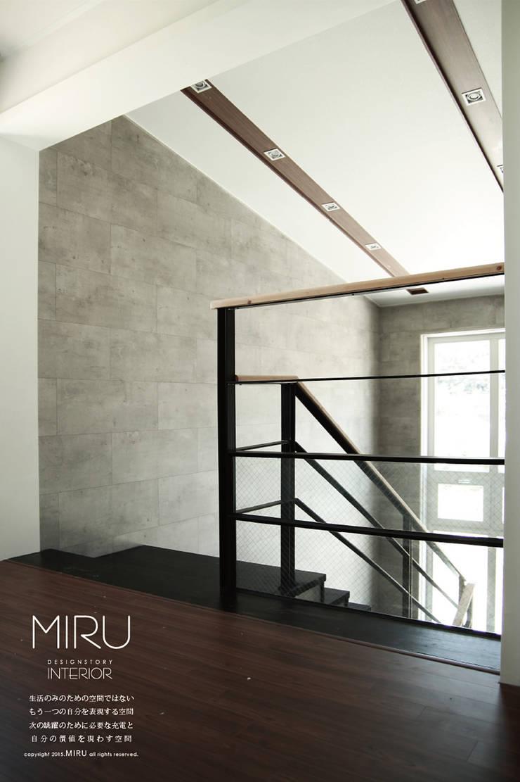 모던한 단독주택 인테리어-3층 계단&거실: 미루디자인의  복도 & 현관,모던