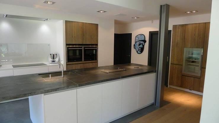 Maison de maitre: Cuisine de style de style Moderne par numero-zero