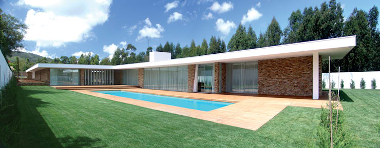 Vista da casa e piscina: Casas modernas por A.As, Arquitectos Associados, Lda