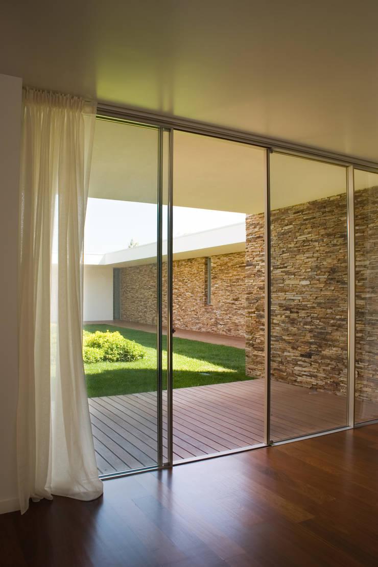 Pátio interior: Quartos  por A.As, Arquitectos Associados, Lda