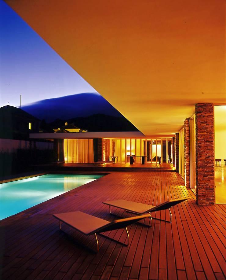 Vista nocturna: Piscinas  por A.As, Arquitectos Associados, Lda