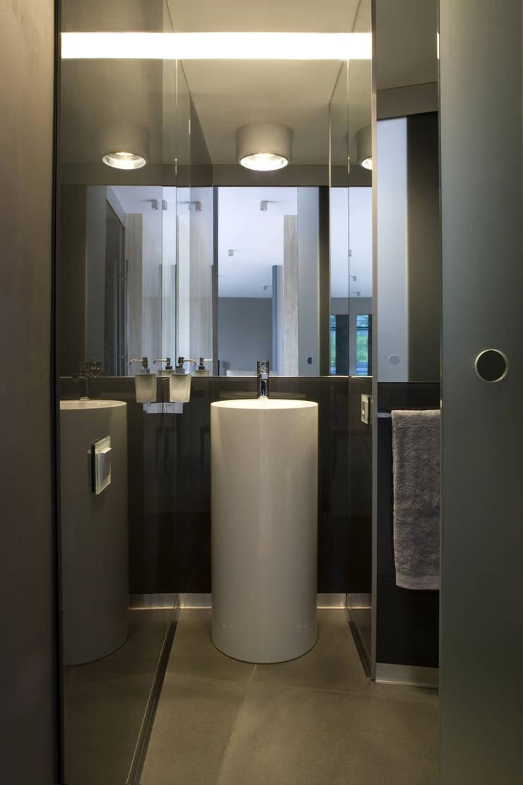 ŁAZIENKA: styl , w kategorii Łazienka zaprojektowany przez Biuro Studiów i Projektów Architekt Barbara i Piotr Średniawa