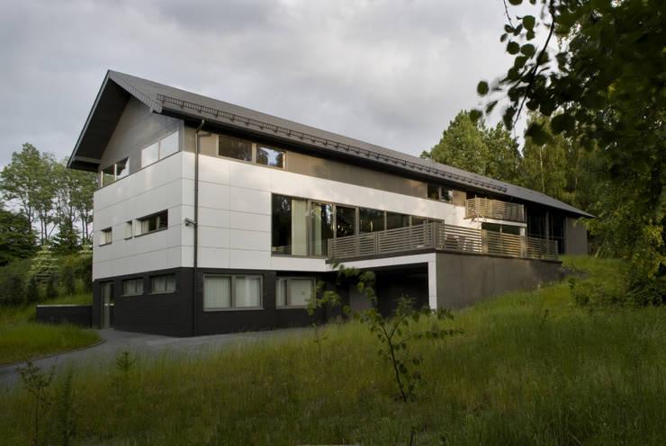 WIDOK BUDYNKU OD STRONY PODJAZDU  : styl minimalistyczne, w kategorii Domy zaprojektowany przez Biuro Studiów i Projektów Architekt Barbara i Piotr Średniawa