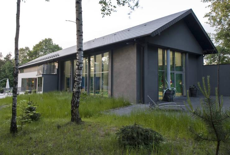 WIDOK BUDYNKU OD STRONY BASENU : styl , w kategorii Domy zaprojektowany przez Biuro Studiów i Projektów Architekt Barbara i Piotr Średniawa