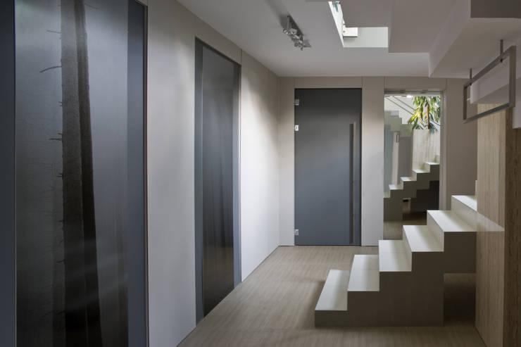 PRZYZIEMIE –GARDEROBA : styl , w kategorii Korytarz, przedpokój zaprojektowany przez Biuro Studiów i Projektów Architekt Barbara i Piotr Średniawa