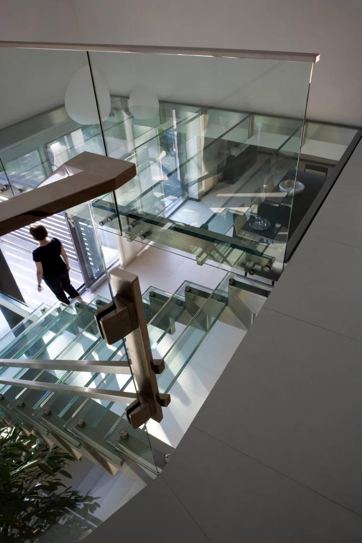 SZKLANE SCHODY NA GÓRĘ DETAL: styl , w kategorii Korytarz, przedpokój zaprojektowany przez Biuro Studiów i Projektów Architekt Barbara i Piotr Średniawa