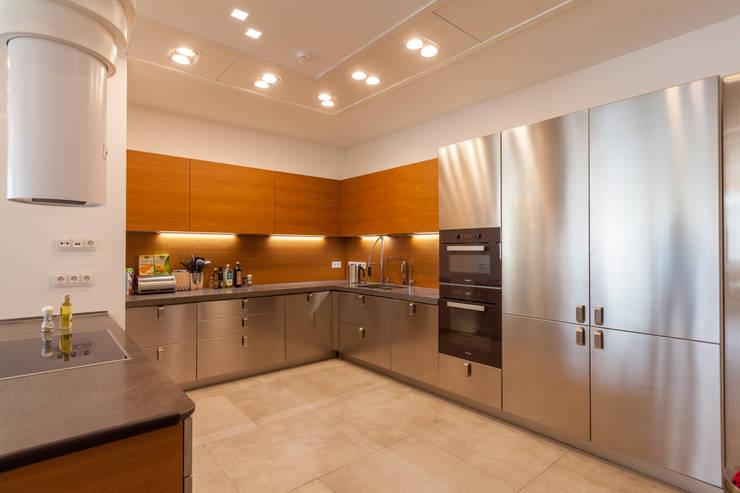 Квартира в современном стиле: Кухни в . Автор – ARTteam